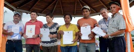 Agricultores de Chone muestran las escrituras de sus tierras. Ecuador.
