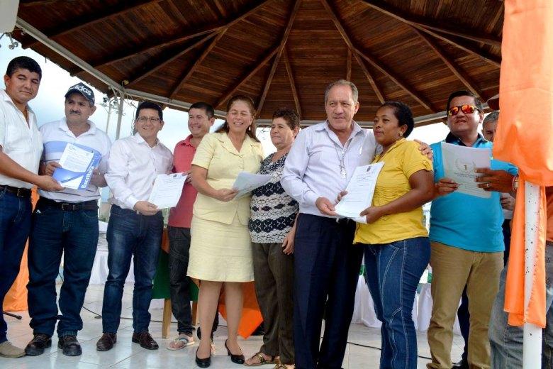 Alcalde de Chone y gobernadora de Manabí entregan escrituras a posesionarios de tierras agrícolas. Chone, Ecuador.