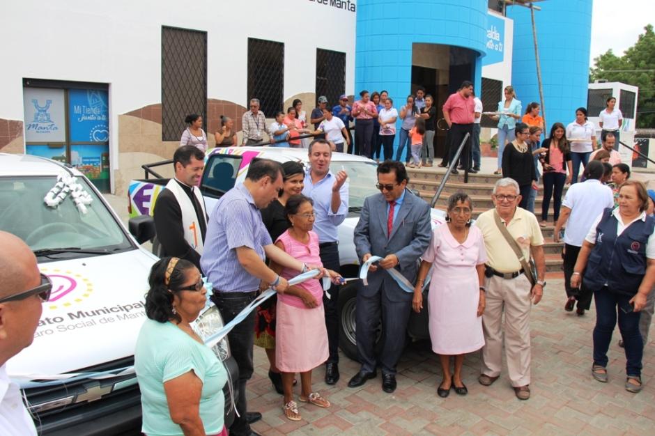 Alcalde de Manta pone al servicio público dos camionetas donadas por el Municipio de Quito. Manta, Ecuador.