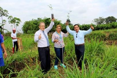 Alcalde de Chone y su señora muestran plántulas de reforestación.