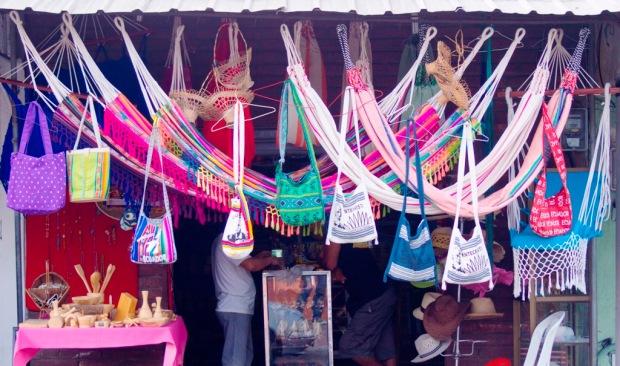 Hamacas y bolsos elaborados a mano en el Cantón Montecristi.