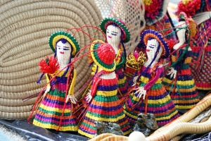 Muñecas de paja toquilla elaboradas en Montecristi.