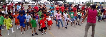 Baileterapia entre varias familias por el Día del Amor y la Amistad. Plaza de las Banderas. Manta, Ecuador.