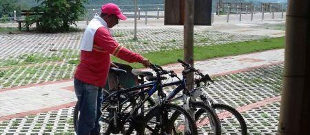 Turismo ciclista en Montecristi, Ecuador.