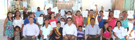 Comuneros de Los Sauces de San Mateo (Manta), acompañados del alcalde cantonal, muestran las escrituras que acreditan la propiedad de sus tierras. Ecuador.