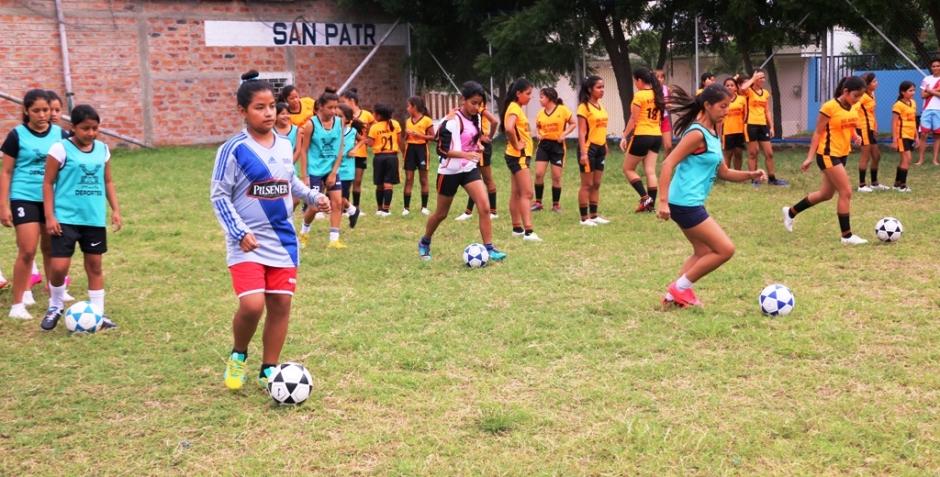 Niñas y jovencitas practican fútbol en la Escuela Municipal de Manta, Ecuador.