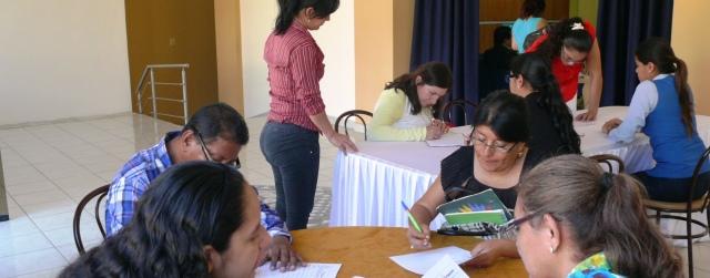 Líderes de organizaciones sociales de Manta examinan el informe de cuentas 2015 de la Epam. Manta, Ecuador.