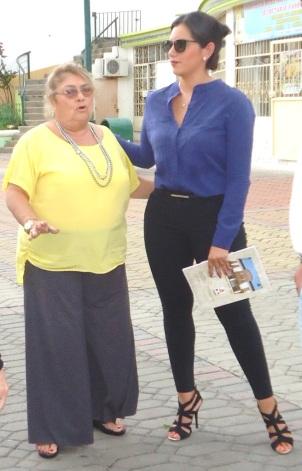 María Eugenia Pablo y la asistente del ministro de Turismo, Fernando Alvarado. Montecristi, Ecuador.