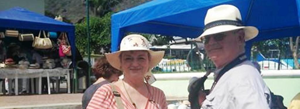 Turistas extranjeros compran en Montecristi, Ecuador, los típicos sombreros de paja toquilla.