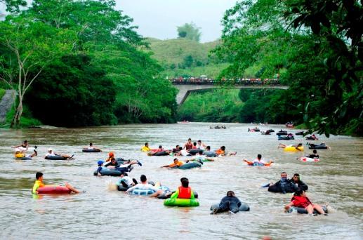 Centenares de raftingistas tubo se deslizan sobre el Río Quinindé, en la Parte de Manabí, Ecuador.