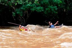 Hacen rafting tubo en la parte manabita del Río Quinindé. Ecuador.