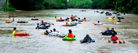 Rafting tubo sobre la parte manabita del Río Quinindé. Ecuador.