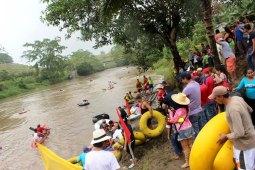 El público observa una competición de Rafting tubo en el Río Quinindé. Manabí, Ecuador.