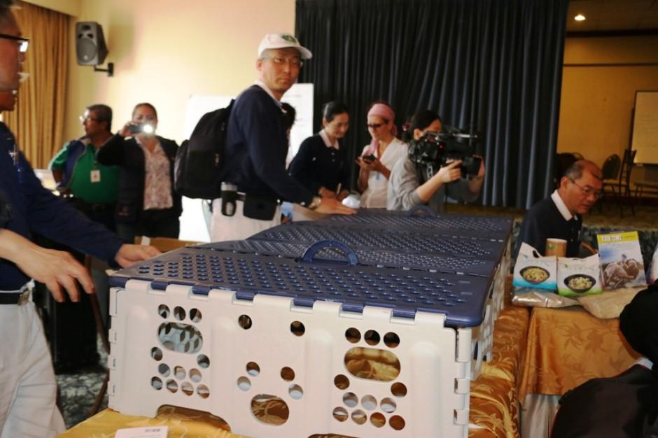 Representantes de una fundación privada de Taiwán muestran en Manta un prototipo de mueble plegable que donarán por la emergencia. Foto del GAD cantonal de Manta.