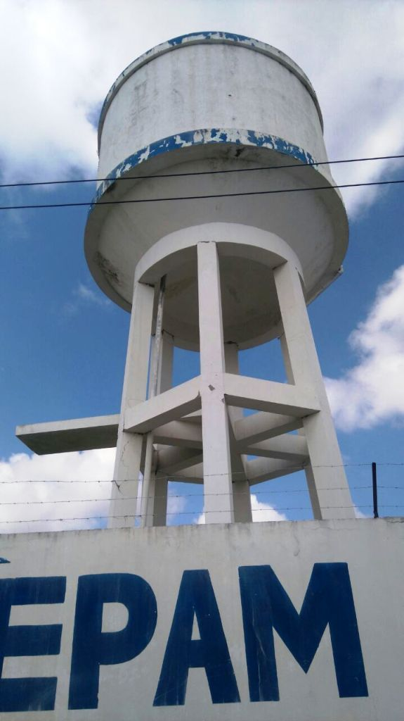 Tanque elevado para almacenar agua que luego se distribuye en barrios de Manta. Quedó averiado por el terremoto y será demolido. Foto del GAD cantonal de Manta.