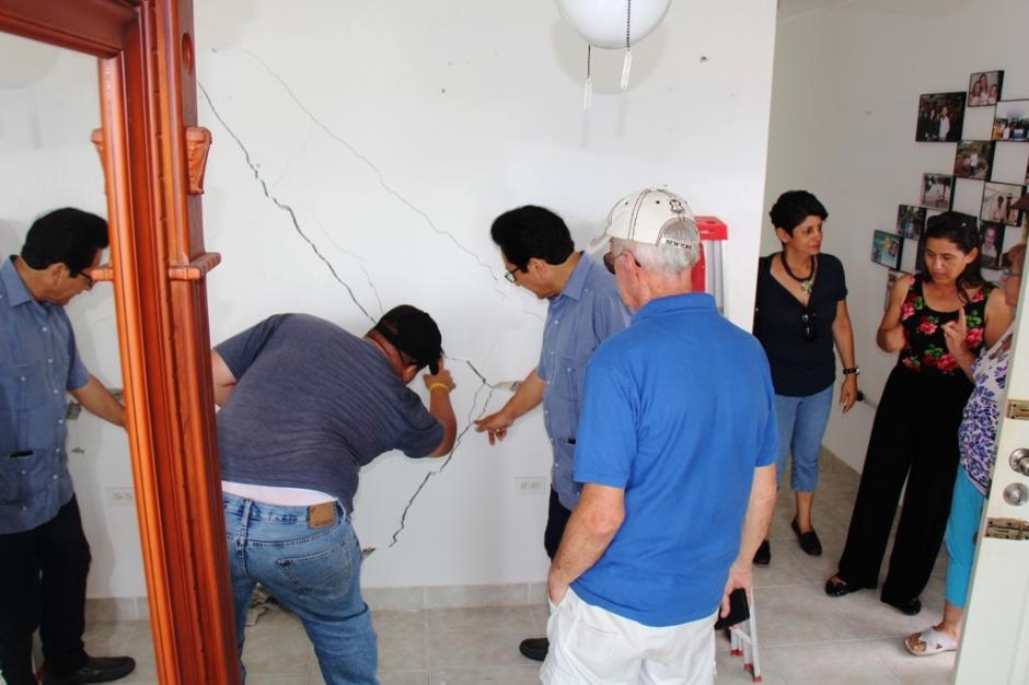 Alcalde de Manta inspecciona las averías en una vivienda del Barrio Umiña tras el terremoto del 16 de abril.