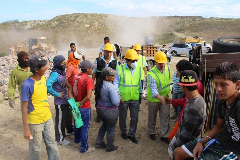 El alcalde de Manta y el ministro del Ambiente saludan con chamberos que recuperan hierro en el depósito de escombros en el Valle del Gavilán. Manta, Ecuador.