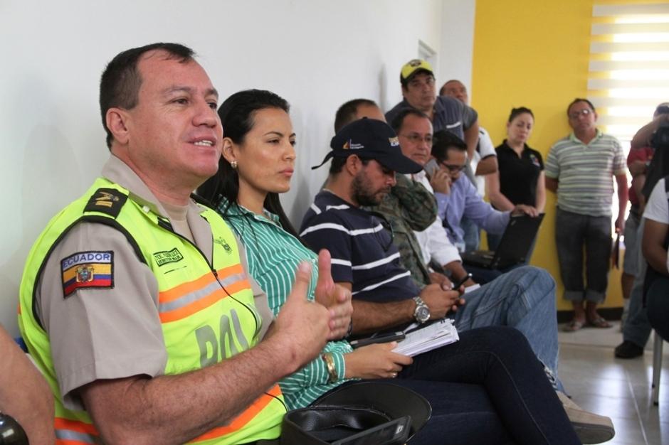 Un oficial de la Policía expone razones en debate sobre reubicación temporal de comerciantes damnificados en Calceta. Manabí, Ecuador.