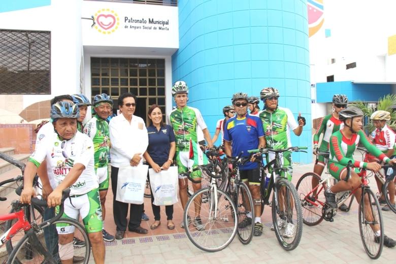 Ciclistas ecuatorianos hacen un giro nacional promoviendo el turismo hacia las zonas devastadas por el terremoto del 16A. Manabí, Ecuador.