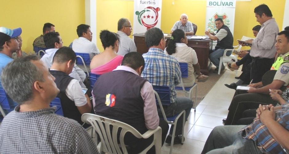 El COE cantonal de Bolívar actualizó su información sobre su gestión posterremoto del 16 de abril/2016. La reunión se hizo en la sede provisional del Municipio. Manabí, Ecuador.