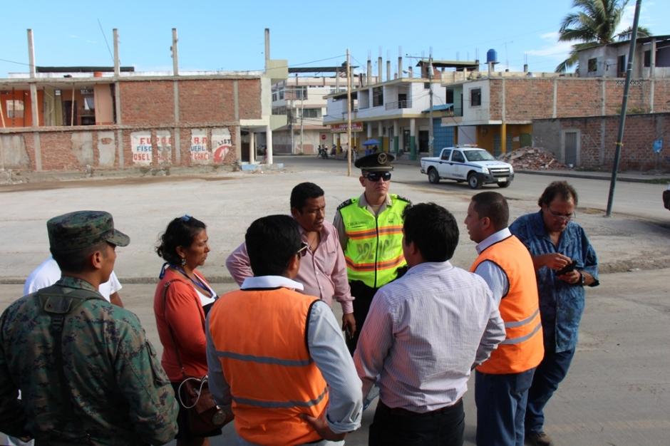El COE cantonal de Manta verifica en la 'zona 0' de Tarqui qué calles están aptas para retomar el tránsito después del terremoto del 16 de abril/2016. Manabí, Ecuador.