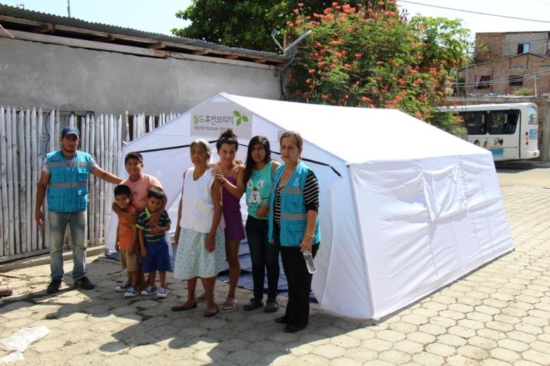 Carpa entregada por Patronato municipal de Manta para familia damnificada por terremoto en Barrio San Pedro. Manabí, Ecuador.