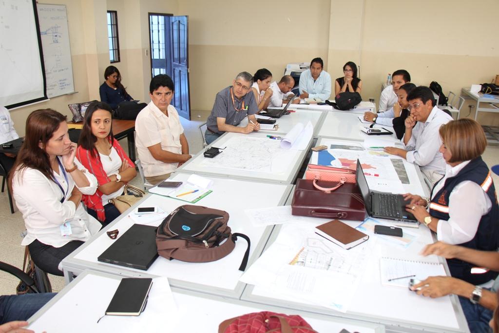 Funcionarios del GAD de Manta y de otras instituciones públicas del cantón, reunidos en sesión preparatoria para diseñar la reconstrucción de Tarqui. Manabí, Ecuador.