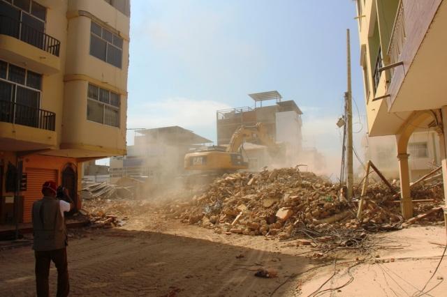 Derrocando edificios dañados por terremoto del 16 de abril de 2016. Manta, Ecuador.
