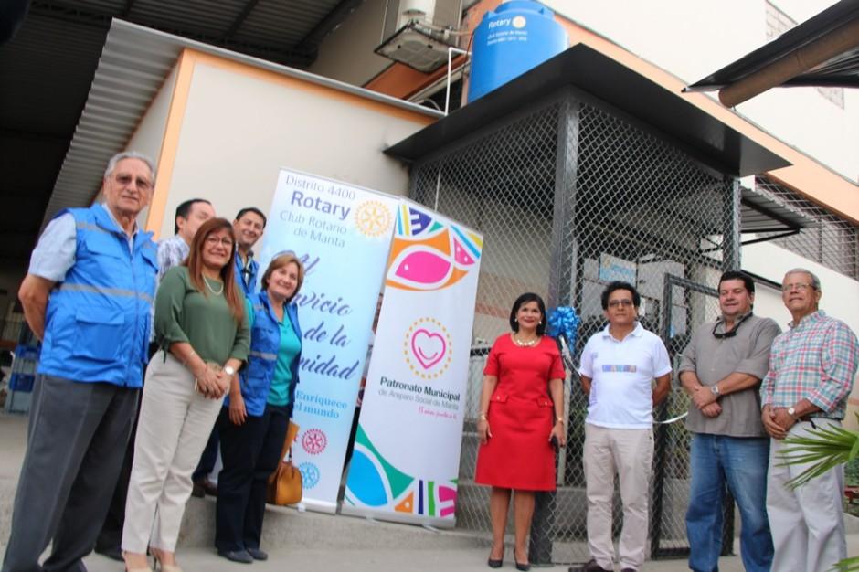 La entrega-recepción de un purificador de agua donado por el Club Rotario local para el Patronato municipal de Manta. Manabí, Ecuador.