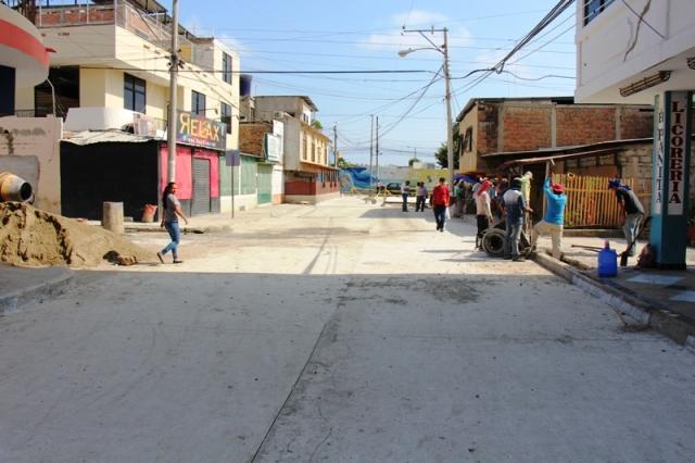 Avenida 27 del Barrio 8 de Abril de Manta, recién pavimentada. Manabí, Ecuador.