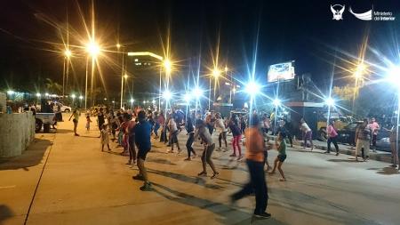 Bailoterapia comunitaria junto a la avenida del malecón en Manta. Manabí, Ecuador.