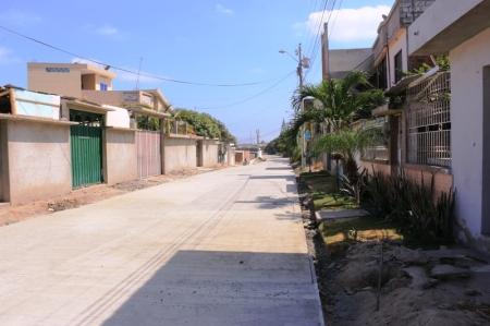 Pavimentación con hormigón armado en una calle del Barrio Altamira de Manta. Manabí, Ecuador.