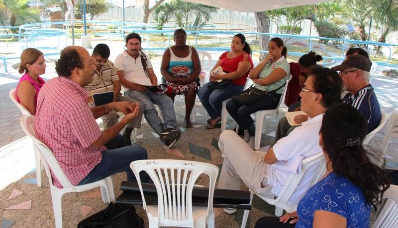 Funcionarios del CNPCCS capacitan a los veedores de la reconstrucción de Tarqui. Manabí, Ecuador.
