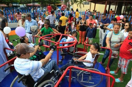 Público divirtiéndose en el remodelado Parque San Patricio de Manta. Manabí, Ecuador.