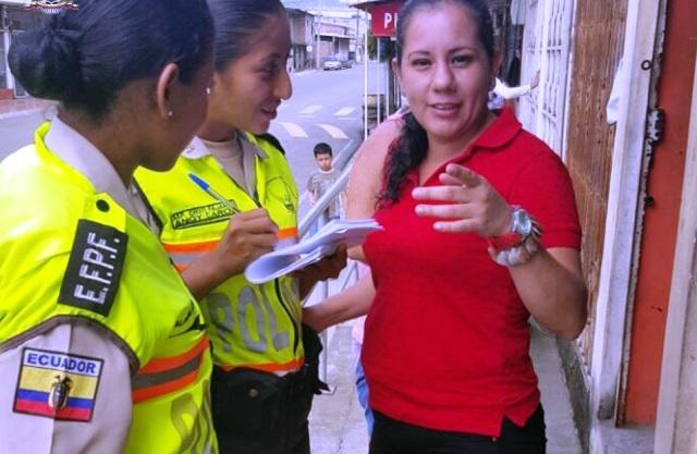 """Agentes policiales mujeres instruyen a una congénere sobre cómo usar el """"botón de seguridad"""". Manabí, Ecuador."""