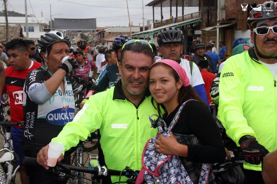 Ministro del Interior de Ecuador, José Serrano, en paseo ciclista. Manabí, Ecuador.