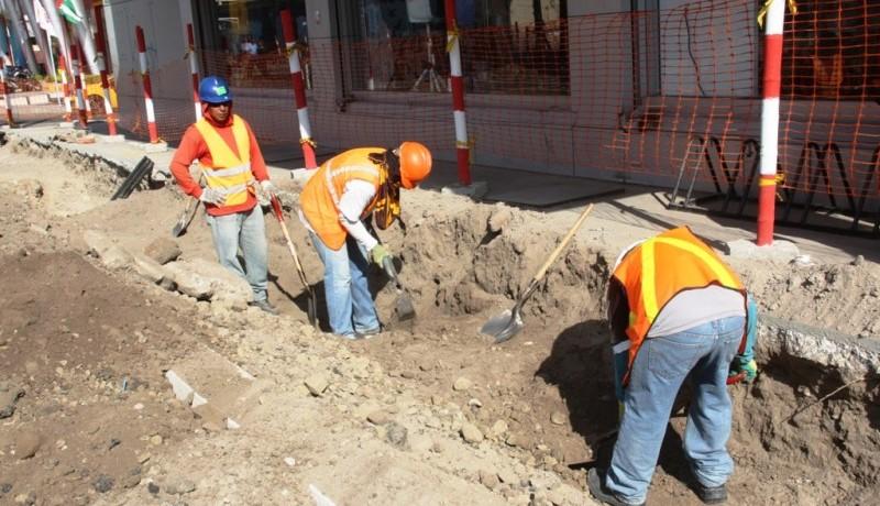 Obreros trabajan en la regeneración de la Calle 13 de Manta. Manabí, Ecuador.