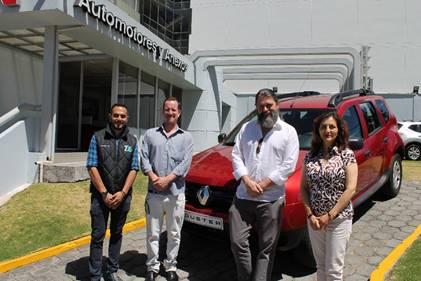 Santiago Sierra, coordinador de mercadeo para Renault; Andrés Crespo, co-guionista y actor; Sebastián Cordero y Consuelo Rodríguez, coordinadora de mercadeo para Renault.