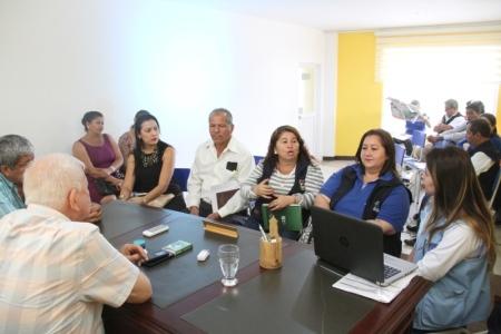 Miembro de un programa de la ONU, Sofía Panchi, en entrevista con alcalde del Cantón Bolívar. Manabí, Ecuador.