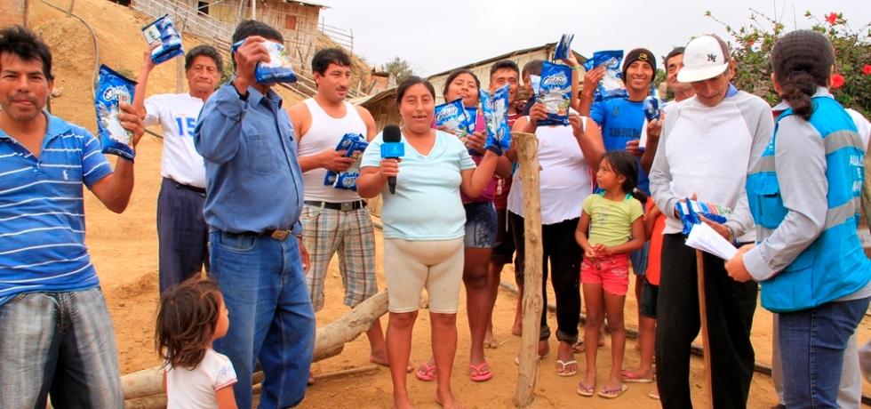 Pobladores de zona rural de Manta reciben leche en polvo donada por ganaderos de Sierra y Oriente. Manabí, Ecuador.