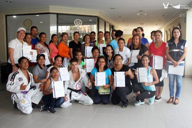 Mujeres de Manta reciben certificado de haber completado un curso de jiu-jitsu. Manabí, Ecuador.
