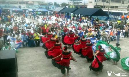 Bailarinas en una coreografía folclórica durante feria policial en El Carmen. Manabí, Ecuador.
