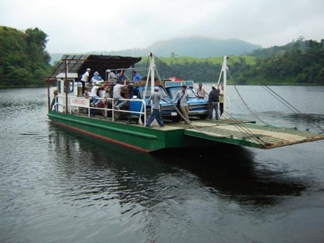 Gabarra municipal Simón Velásquez Álava, flotando en la represa La Esperanza del Cantón Bolívar. Manabí, Ecuador.