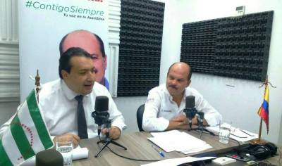 """Ministro de Finanzas Fausto Herrera y el legislador Carlos Bergmann dialogan en programa radial """"Contigo siempre"""". Manabí, Ecuador."""