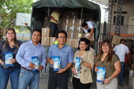 Alcalde de Manta recibe donación de leche en polvo para damnificados del terremoto. Manabí, Ecuador.