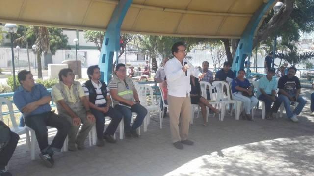 Alcalde de Manta responde inquietudes de damnificados del terremoto en Tarqui. Manabí, Ecuador.
