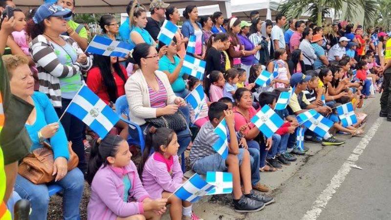 Ciudadanos de Manta observan el paso de un desfile cívico el 4 de noviembre, día de su cantón. Manabí, Ecuador.