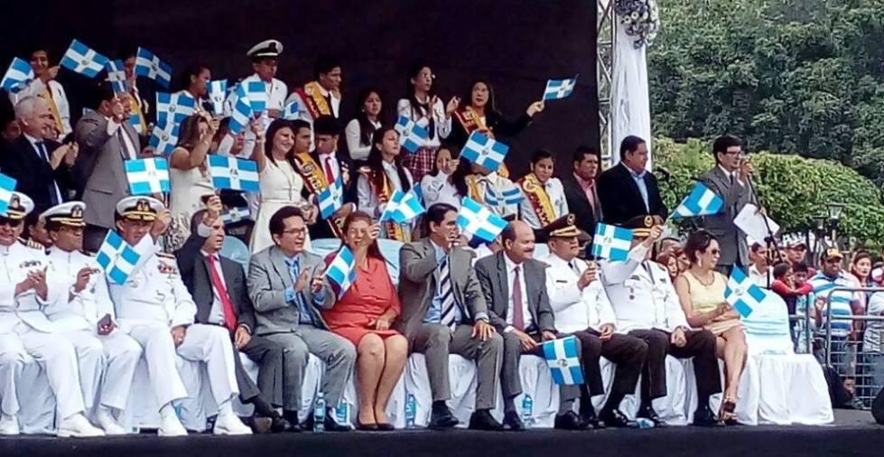 Autoridades públicas de Manabí presencian un desfile cívico por el aniversario cantonal de Manta. Manabí, Ecuador.
