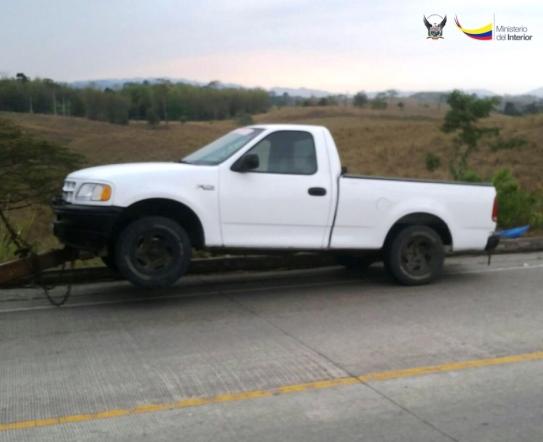 Camioneta retenida durante el operativo policial que recuperó el camión y los camarones robados.