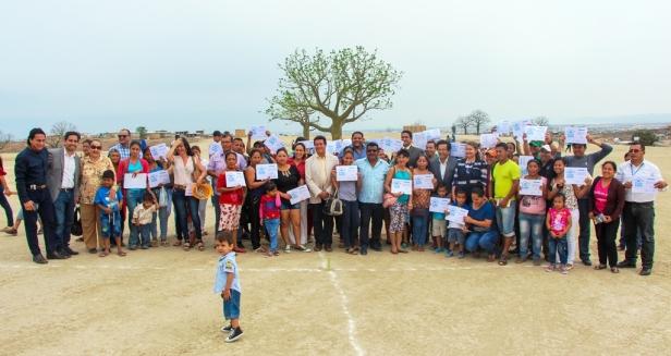 Gestores y beneficiarios en la entrega de primeros lotes de la Lotización Municipal Ceibo Renacer de Manta. Manabí, Ecuador.